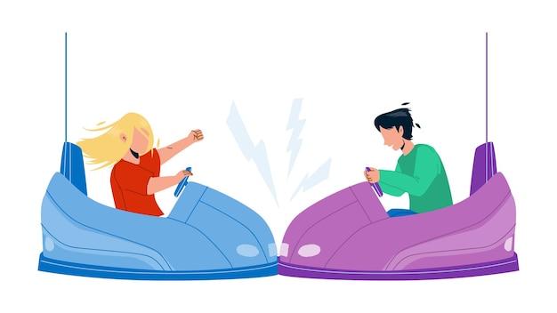 소년과 소녀 벡터를 즐기는 범퍼 자동차 명소. 전기 범퍼 자동차를 운전하고 놀이 공원에서 함께 충돌하는 아이들. 캐릭터 레저 활동 시간 평면 만화 일러스트 레이 션