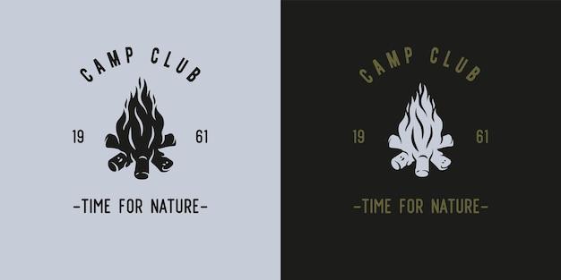 キャンプ旅行の設計のための炎で焚き火を燃やす