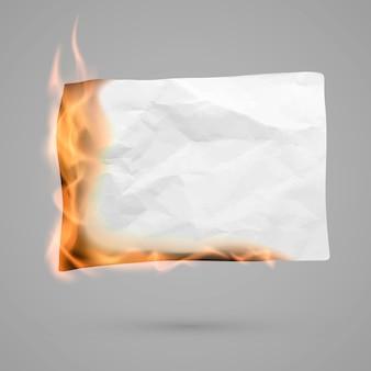 コピースペースでしわくちゃの紙を燃やす。しわくちゃの紙の空白。火の中でしわのある紙の質感。
