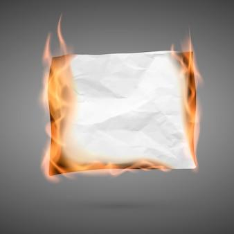 Горящий кусок мятой бумаги с копией пространства. мятую бумажную заготовку. текстура мятой бумаги в огне.
