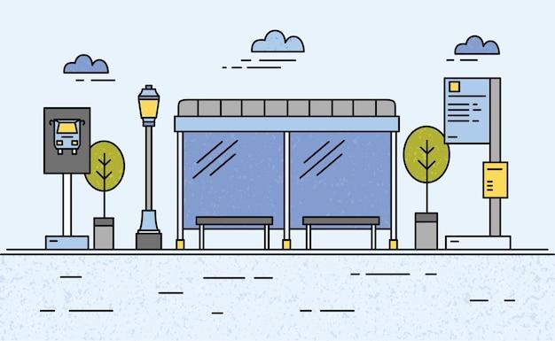 Автобусная остановка, уличный фонарь, расписание общественного транспорта и информация для пассажиров, знак и деревья на фоне неба