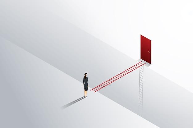 立っているビジネスチャレンジ実業家は、赤いドアへのはしごの十字架を見ています。