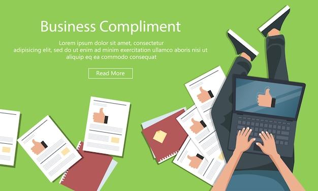 Бизнес-концепция комплимента. человек сидит на полу и держит портативный компьютер большим пальцем руки вверх.