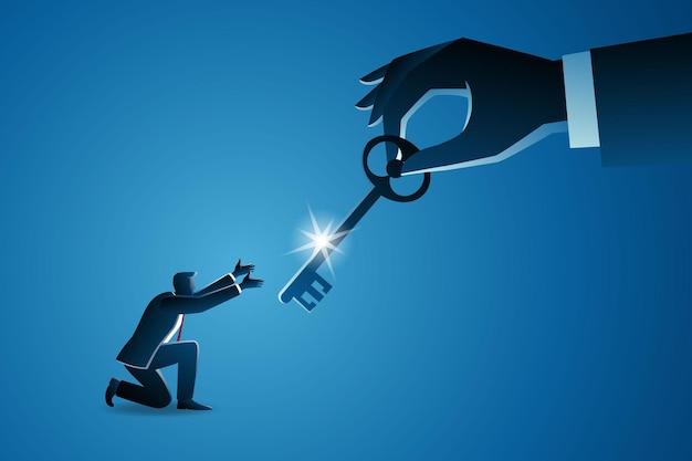 Бизнес-концепция, большая рука дает ключ маленькому бизнесмену