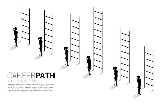 競争と挑戦のビジネスコンセプト。様々な高いはしごと実業家グループのシルエット。