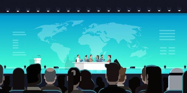 큰 회의 a 앞에서 비즈니스 회의 공개 토론 인터뷰 개념 공식 국제 회의