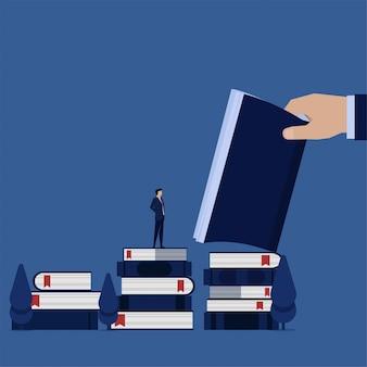 비즈니스 플랫 사업가 책 위에 서서 읽고 비즈니스 규칙을 배우십시오.