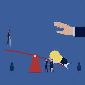 ビジネスフラットベクトル概念男は、アイデアの価値のアイデアメタファーを落としたため、シーソーから跳ね返った。