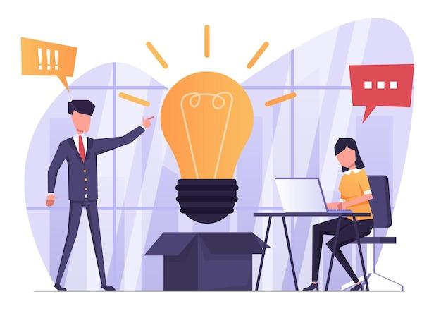 ビジネスアイデアビジネスマンが彼の隣に電球を持って彼の新しいビジネスアイデアについて話します