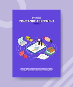 Рукопожатие людей по договору страхования бизнеса на полисе вокруг ноутбука
