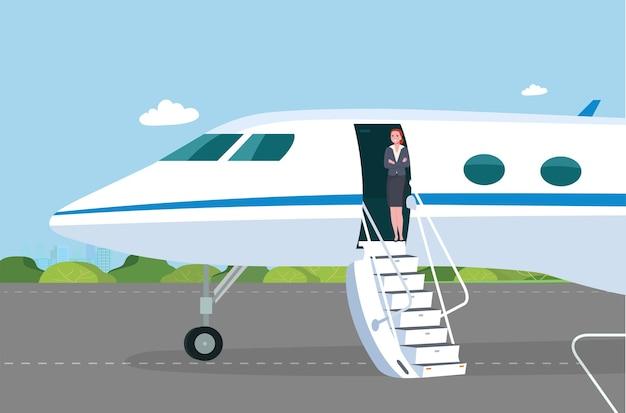 승객 문이 열려 있고 이륙장에 경사로가있는 비즈니스 제트기 스튜어디스가 통로에서 승객을 만납니다.