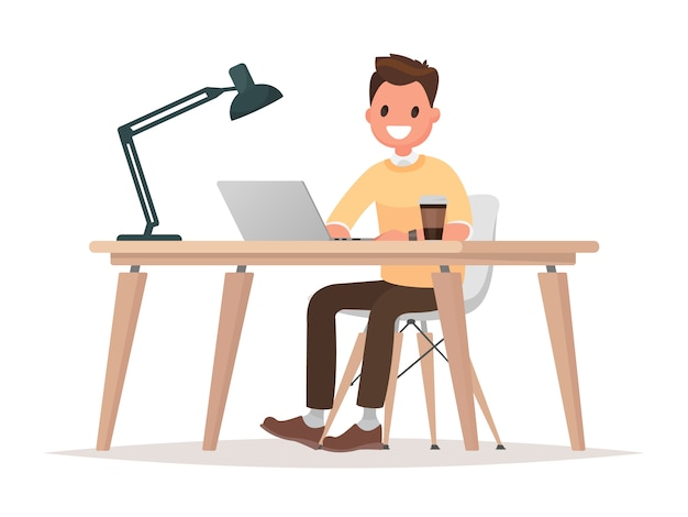 Деловой человек за своим столом работает на портативном компьютере.