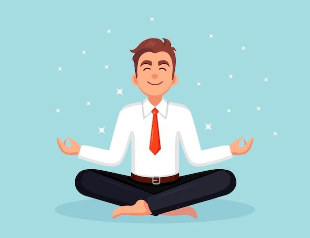 ヨガをしているビジネスマン。パドマサナ蓮華座に座って、瞑想し、リラックスし、落ち着く労働者