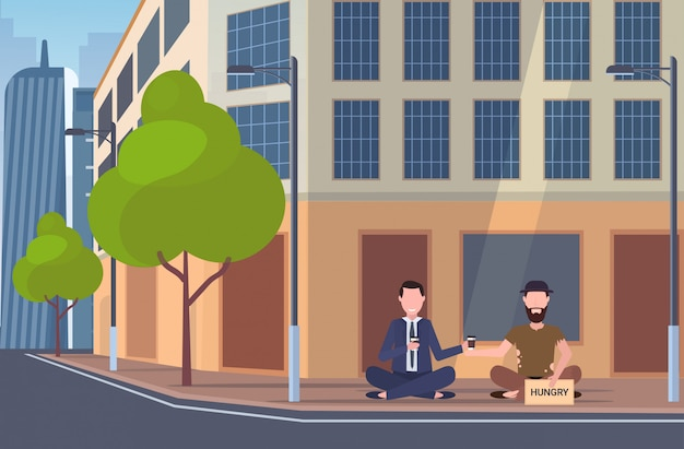 ビジネスの男性が助けを求めて街路の空腹の看板の上に座って乞食と話しているコーヒーを飲みながらホームレス失業コンセプトの建物外装都市景観背景全長水平