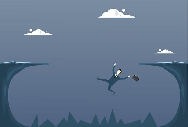 崖の中で落ちるビジネスマン