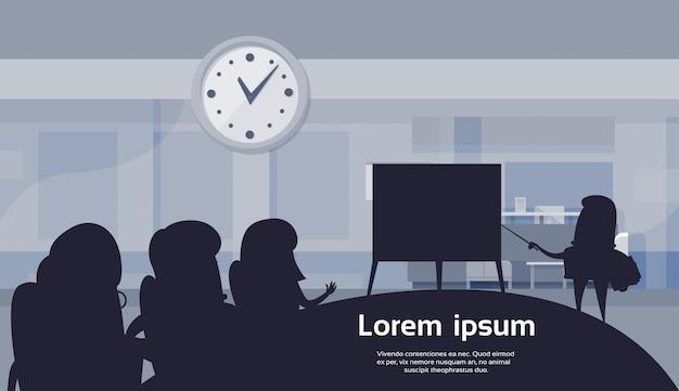 Деловой человек, проведение презентации или финансовый отчет в современном офисе