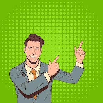 Деловой человек указывают пальцем, чтобы скопировать пространство поп-арт красочный стиль ретро