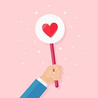 赤いハートのプラカードを持つビジネスマン。ソーシャルメディア、ネットワーク。良い意見。お客様の声、フィードバック、カスタマーレビュー、コンセプトなど。バレンタイン・デー。