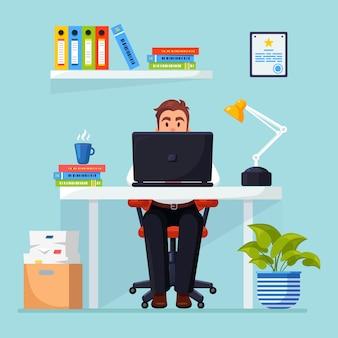 데스크에서 일하는 비즈니스 사람. 문서, 커피와 함께 사무실 인테리어. 관리자는 의자에 앉아