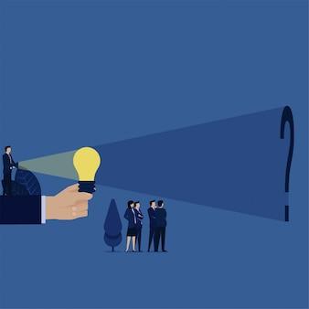 비즈니스 관리자는 아이디어 전구를 밝히고 진실을 찾는 은유 뒤에 물음표를 찾습니다.