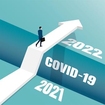 ビジネスチャンスと意思決定の概念。古い年の崖を越えて新しい年に行くビジネスマン。
