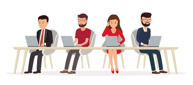 노트북에서 작업하는 책상 뒤에 비즈니스 사람. 네트워크에서 팀워크입니다.