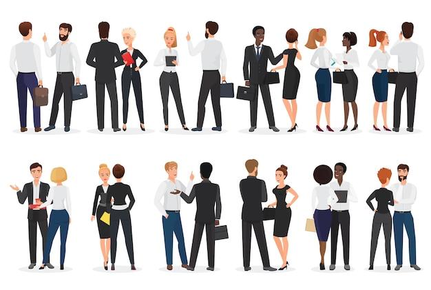 Разговор деловых людей. мужчина и женщина стоят вместе и разговаривают, обсуждают, ведут переговоры