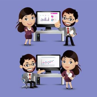 オフィスデスクで戦略を議論するビジネスマン