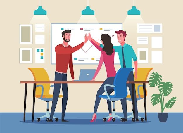 ハイタッチをするビジネスマン。職場での成功したチームワーク