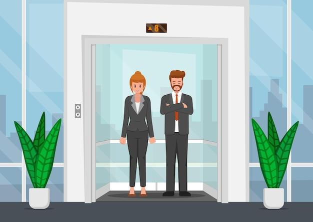 オフィスのガラス張りのエレベーターでビジネスマン。