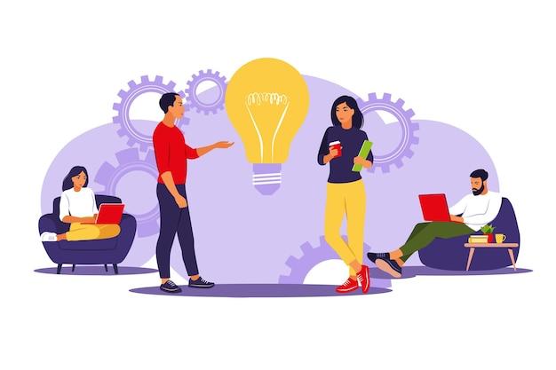 ビジネスマンは、オフィスまたはコワーキングスペースでチームを組みます。プロジェクトのマーケティング戦略の概念を計画し、アイデアを共有します。