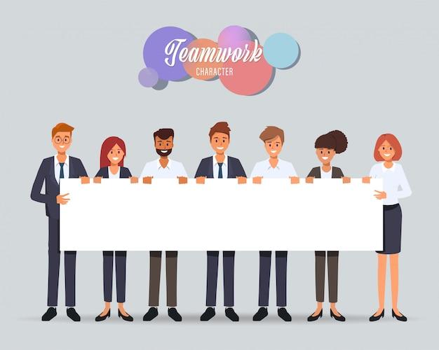 비즈니스 사람들이 팀워크 사무실 문자 큰 빈 현수막을 들고.