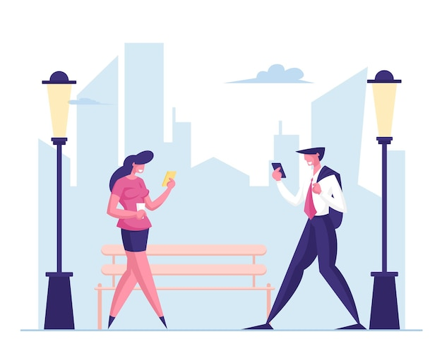 직장에서 도시 거리를 걷는 동안 비즈니스 사람들이 휴대 전화를 사용