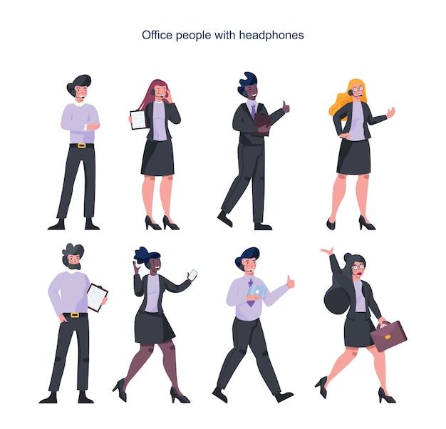 ヘッドフォンを持つビジネス人々。サービス。女性と男性のキャラクターがクライアントまたは同僚と話します。カスタマーサポートのアイデア。支援作業。