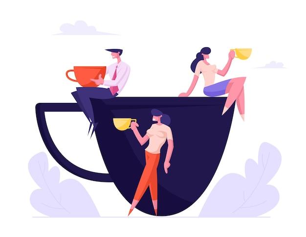 커피 브레이크를 갖는 거대한 컵 동료에 앉아 머그잔을 가진 사업 사람들