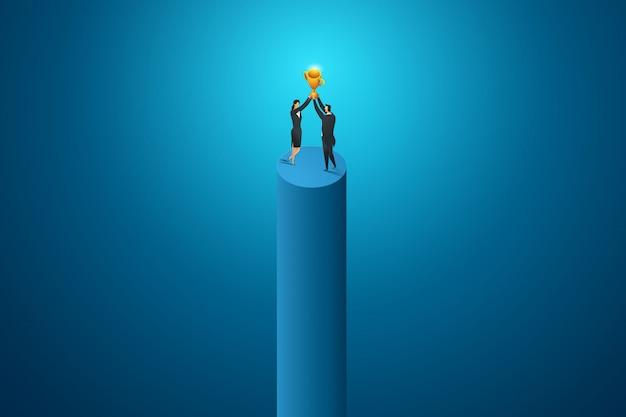 ビジネスの人々の女性と男性は大きなトロフィーの競争の成果を保持します。等尺性の概念図