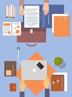 Деловые люди на рабочем месте рабочий стол руки рабочий ноутбук и планшетный компьютер верхний угол обзора офис