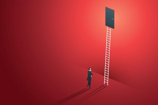 ビジネス人立っている思考は、目標の成功へのパスのはしごを壁の赤いドアを見てください。図