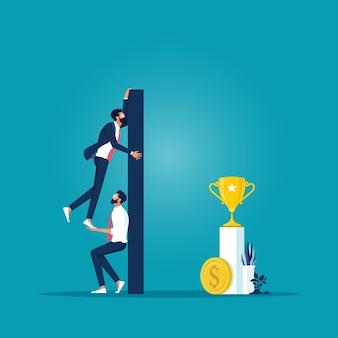 비즈니스 팀은 동료가 문제를 극복하는 데 도움이 되는 높은 벽 위로 올라가도록 돕습니다.