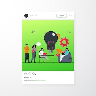 사무실 또는 공동 작업 공간에서 비즈니스 팀 회의. 동료들은 책상에 앉아 컴퓨터로 작업하고 함께 프로젝트에 대한 아이디어를 논의합니다. 팀워크 또는 협력 개념에 사용할 수 있습니다.
