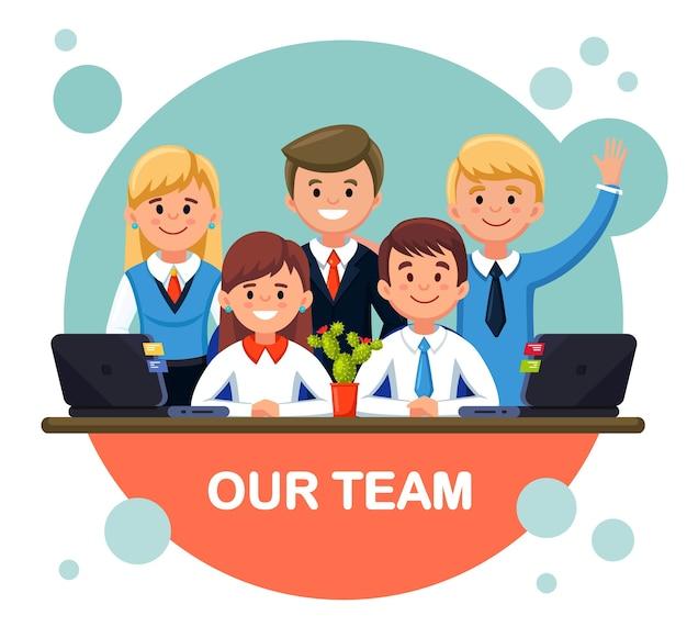 Сотрудники офиса бизнес-команды, стоящие вместе. командная работа
