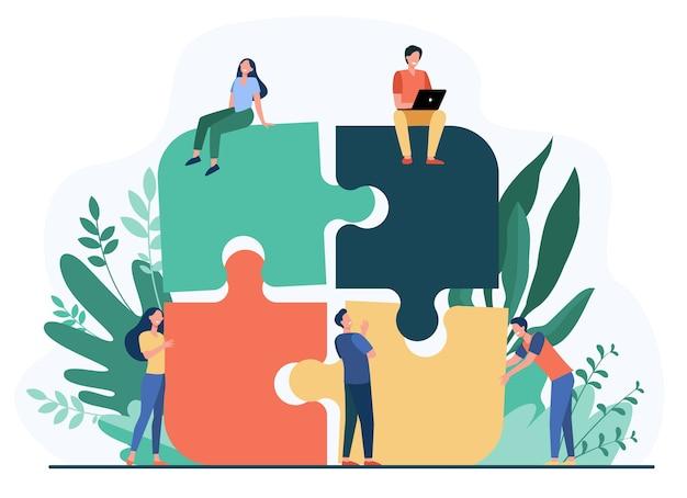 ジグソーパズルをまとめるビジネスチームは、フラットベクトルイラストを分離しました。関連して働く漫画のパートナー。チームワーク、パートナーシップ、協力の概念