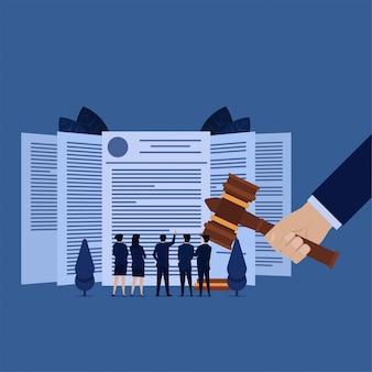 Бизнес-команда видит юридическое соглашение на услугу защиты авторских прав на продукцию. Premium векторы