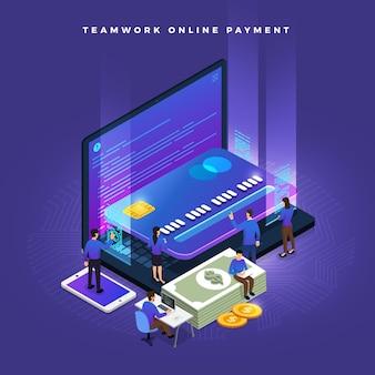 신용 카드를 통해 개념 온라인 지불을 작동하는 작은 사람들의 비즈니스 팀워크