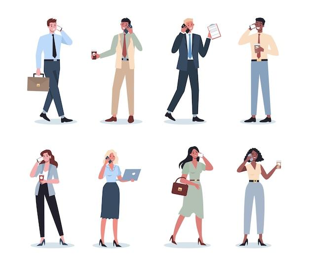 携帯電話セットを持つビジネスの女性と男性。スマートフォンを保持しているスーツの女性と男性のキャラクターのコレクション。