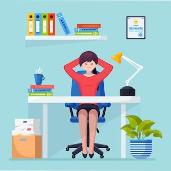 Деловая женщина расслабляется и мечтает о чем-то в офисном кресле на рабочем месте