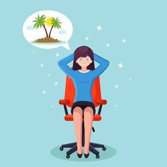 ビジネスウーマンはリラックスして、オフィスの椅子で熱帯の島での休暇を夢見ています
