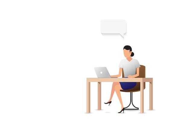 オフィスでノートパソコンを見ているビジネス女性。