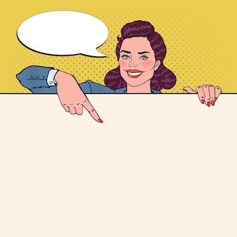 Деловая женщина, указывая на пустой рекламный щит