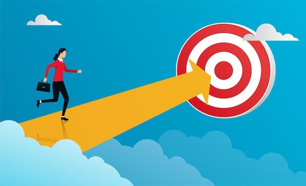 ターゲットに向かって矢印で走っているビジネスウーマン。目標に焦点を合わせ、成功するコンセプトになる